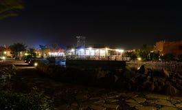 旅馆餐馆在晚上 库存照片