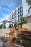 旅馆,室外小瀑布喷泉 免版税库存照片