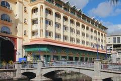 旅馆,步行桥,渠道 路易斯・毛里求斯端口 免版税图库摄影