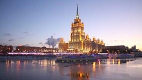 旅馆`乌克兰`和游船,沿Moskva河,莫斯科的航行的晚上视图 股票录像