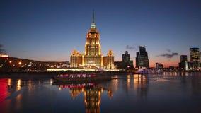 旅馆`乌克兰`和游船,沿Moskva河,莫斯科的航行的晚上视图 影视素材