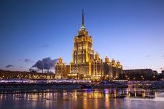 旅馆`拉迪森皇家`的晚上视图,莫斯科, 库存照片