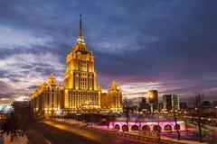 旅馆`拉迪森皇家`的晚上视图,莫斯科 图库摄影