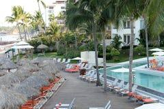 旅馆水池和太阳懒人 库存图片