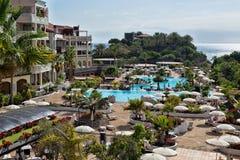 从旅馆水池的看法 免版税库存图片
