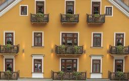 旅馆黄色颜色的门面在Hallstatt,奥地利 免版税图库摄影