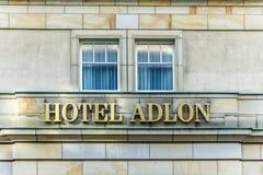 旅馆Adlon的标志在柏林 库存图片