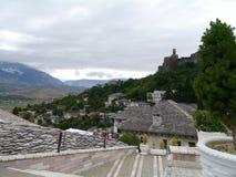 旅馆Kodra、Gjirokaster和Gjirokaster城堡,阿尔巴尼亚 免版税库存照片