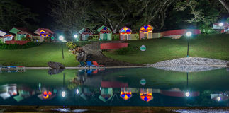 旅馆Soroa客舱在游泳池反射了 免版税库存照片