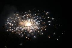旋转和驱散闪闪发光的火薄脆饼干在地面在夜屠妖节节日点击地面薄脆饼干 库存照片