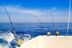 旋转在深蓝色海运的小船捕鱼 免版税库存图片