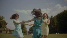 旋转在草甸的快乐的可爱的女朋友 影视素材