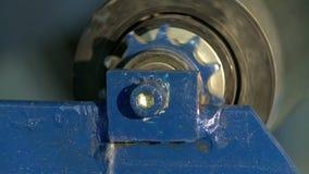 旋转柱体特写镜头在生产机器的 股票视频