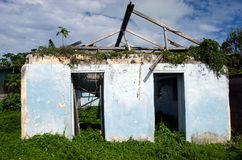 从旋风帕特的被毁坏的房子在Aitutaki盐水湖库克岛 免版税库存图片