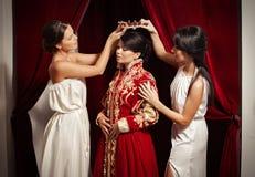 贵族妇女衣物场面由她的仆人的 图库摄影