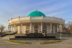 贵族帖木尔博物馆在塔什干,乌兹别克斯坦的中心日落的 库存照片