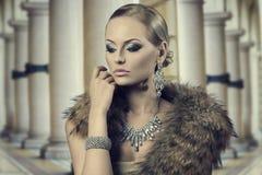 贵族肉欲的时尚妇女 免版税图库摄影