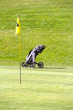旗子和台车高尔夫球领域 库存照片