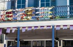 旗子和横幅在杂志街道上在新奥尔良,路易斯安那 免版税库存图片