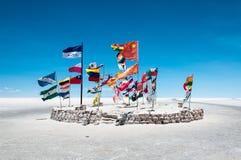 旗子在撒拉族de Uyuni -玻利维亚 免版税库存照片