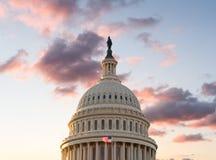 旗子在DC的国会大厦前面飞行在日出 免版税库存照片