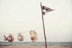 旗子帽子垂悬的海滩风景夏天概念 图库摄影