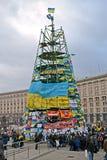 从旗子的树建筑与在欧洲maidan会议的口号在基辅 库存图片