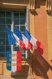 旗子看法在风的在Vence市政厅` s大厦  免版税库存图片