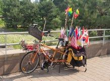 旗子自行车的卖主 免版税图库摄影