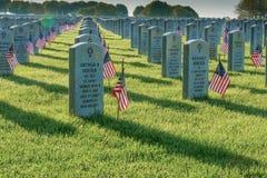 旗子装饰在阵亡将士纪念日下落的坟墓在亚伯拉罕・林肯国家公墓 免版税库存图片