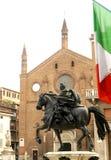 旗子雕象和教会 免版税库存图片