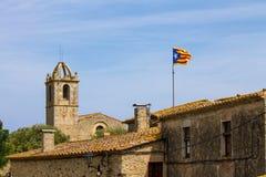 旗子骄傲地是displaye的小镇在卡塔龙尼亚 库存图片