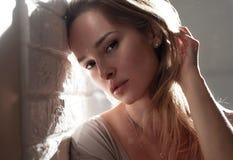 无一个美丽的女孩的早晨画象在柔光组成 库存照片
