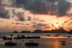 无人居住的海岛在日落的南海 免版税库存图片
