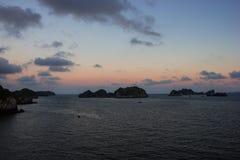 无人居住的海岛在日落的南海 免版税库存照片