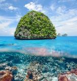 无人居住的海岛有珊瑚礁水下的视图 免版税库存照片