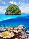 无人居住的海岛有珊瑚礁水下的视图 免版税图库摄影