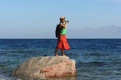 无人居住的海岛的女孩 免版税库存图片