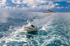 无人居住的海岛-从海的看法 图库摄影