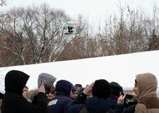 无人空中车UAV击中在街道上的人 库存照片