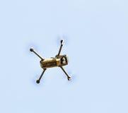 无人空中vehical与摄象机在天空中盘旋 Thi 免版税库存照片