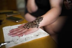 无刺指甲花艺术在手边专业工作 免版税图库摄影