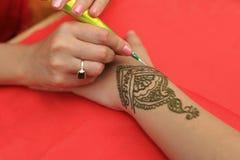 无刺指甲花被绘的手 免版税库存照片