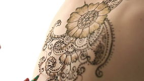 无刺指甲花绘画特写镜头在身体的 Mehndi艺术 影视素材
