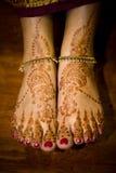 无刺指甲花(mehendi)在印第安新娘的英尺 免版税库存照片