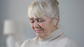 无可救药地哭泣和考虑生活,感觉的病的退休人员女性无能为力 股票录像