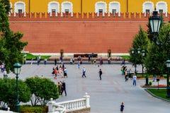 无名英雄墓克里姆林宫墙壁的在亚历山大公园,莫斯科 库存图片