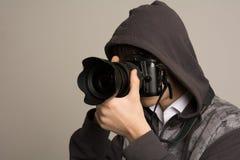 无固定职业的摄影师供以人员拍与照片DSLR数字照相机的照片 免版税库存图片