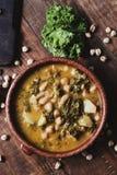 无头甘蓝炖煮的食物用土豆和鸡豆 库存图片
