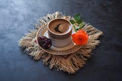 无奶咖啡和日期在黑桌上 赖买丹月的甜食物 库存图片